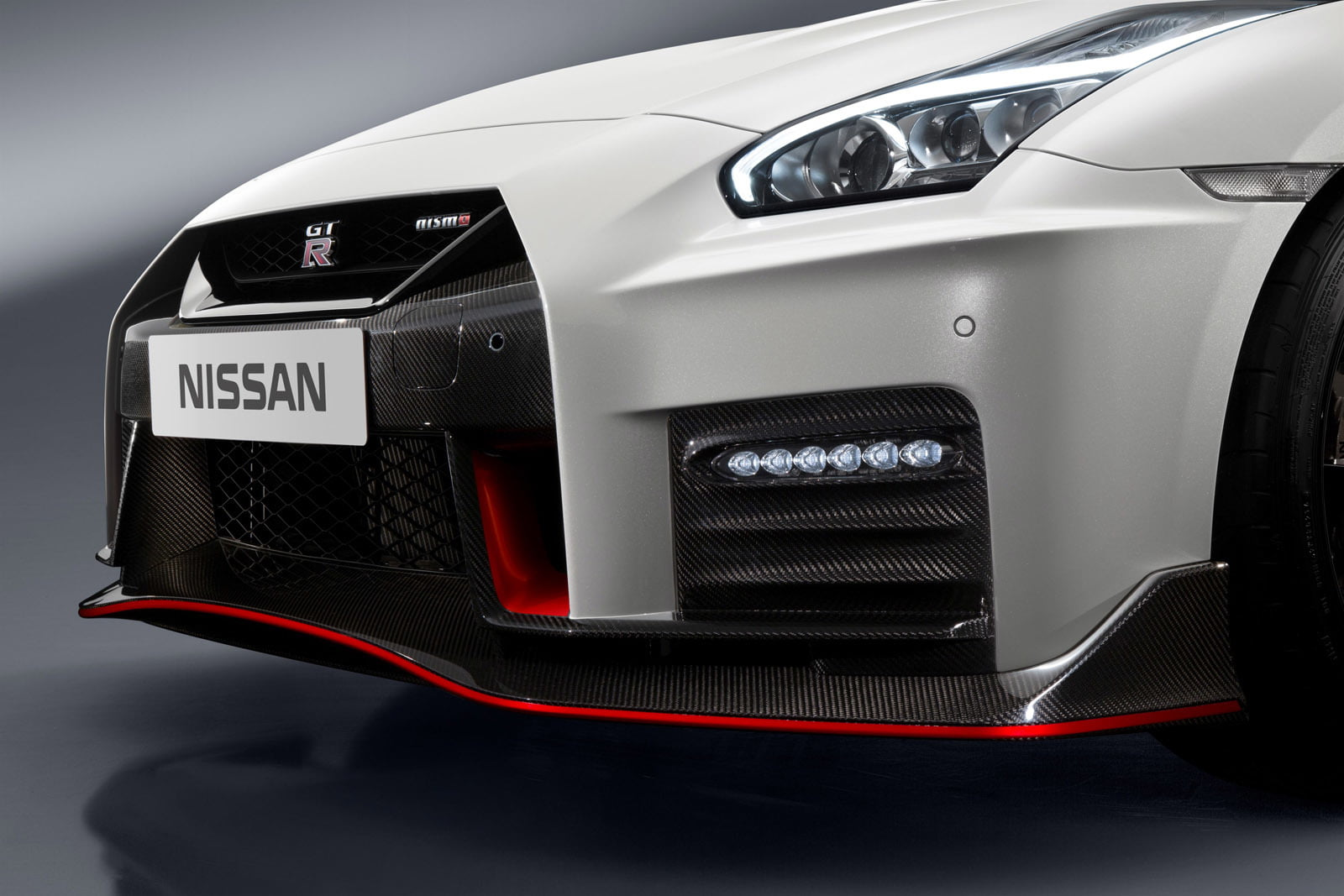 detalle frontal nissan gt-r nismo 2017 (1)
