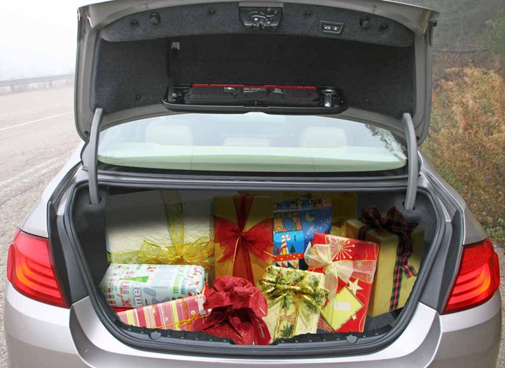 regalos de navidad en el maletero del coche