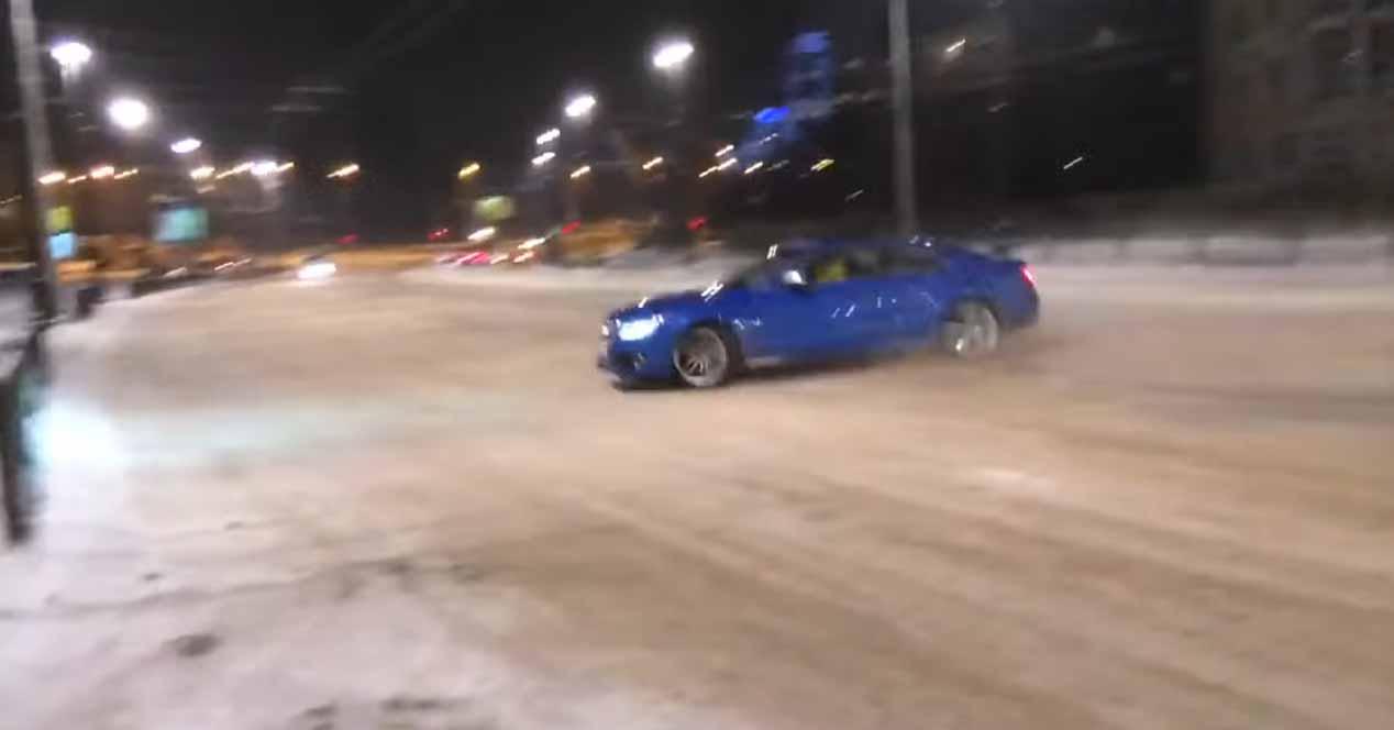 cruzada de un audi s5 en la nieve